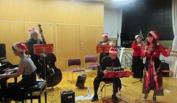 クリスマスミロンガ 楽団とユリさん.jpg
